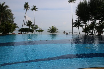Bintan: Pool des Nirwana Resort Hotels mit Blick auf das Meer