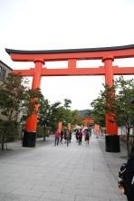 Torii am Eingang des Fushimi Inari Taisha in Kyoto