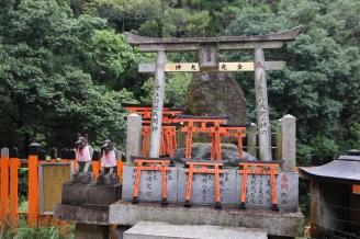 Toris und Füchse im Fushimi Inari-Taisha