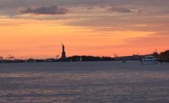 New York Blick von Dumbo auf Freiheitsstatue im Sonnenuntergang