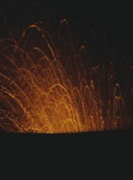 Italien Stromboli Ausbruch bei Nacht