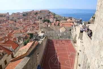 Kroatien Dubrovnik Stadtmauerrundgang mit Basketball