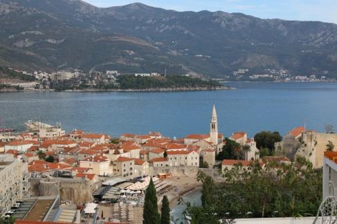 Montenegro Budva Altstadt mit Strand, im Hintergrund Dukley