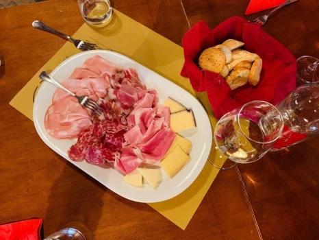 Schinken, Salami, Käse und Wein