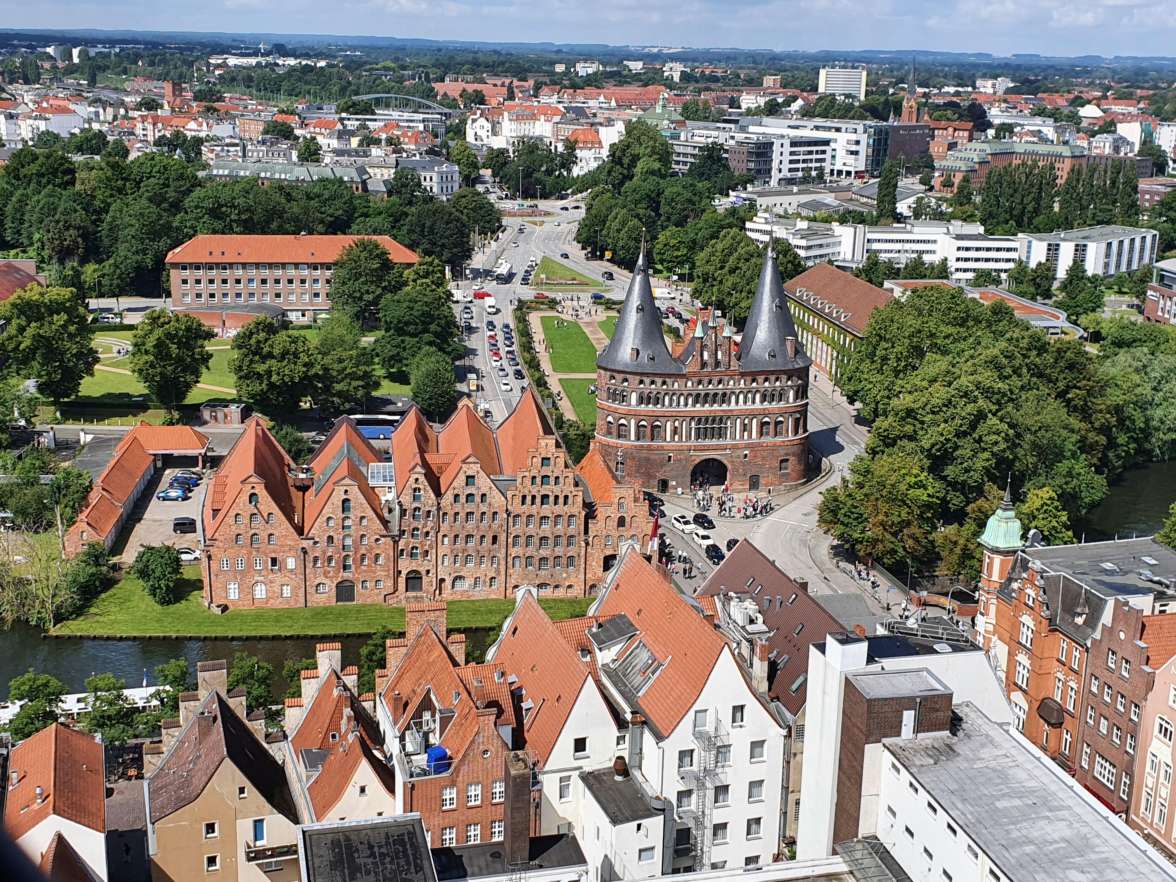 Lübeck - Blick von Petrikirche auf Holstentor und Salzspeicher