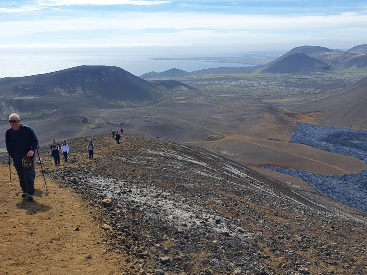 Island Fagradalsfjall frischer Lavastrom im Natthangi Tal fast bis ans Meer