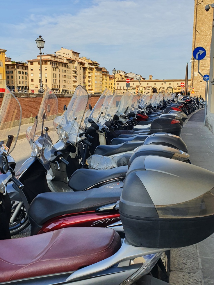 Florenz - Vespas am Arno vor den Uffizien